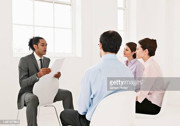 Homme d'affaires lecture pour collègues