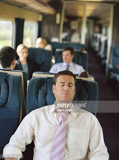 Geschäftsmann entspannenden am Bahnhof, Augen geschlossen (Fokus auf den Mann