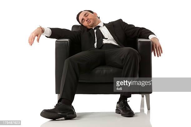 Homme d'affaires détente dans un fauteuil
