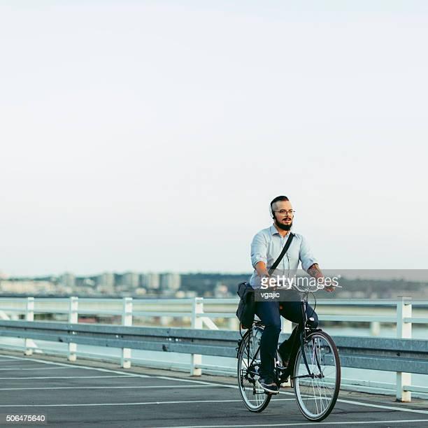 Geschäftsmann mit dem Fahrrad zur Arbeit und hören Musik.