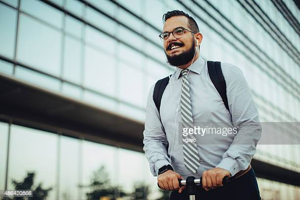 Geschäftsmann auf Push Scooter.