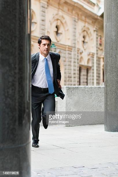 街の通りに走るビジネスマン