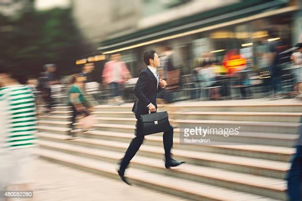 Homme d'affaires qui courre sur la rue