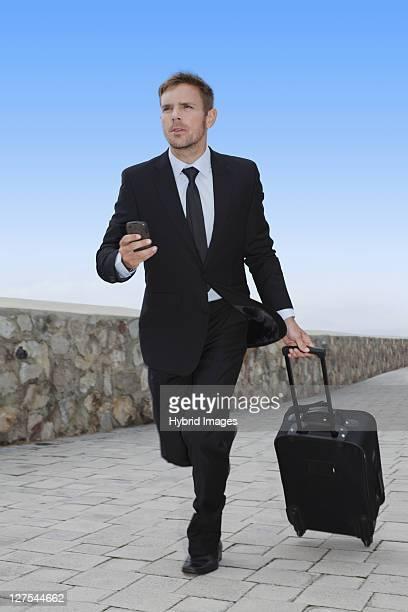 Homme d'affaires qui courre avec des bagages