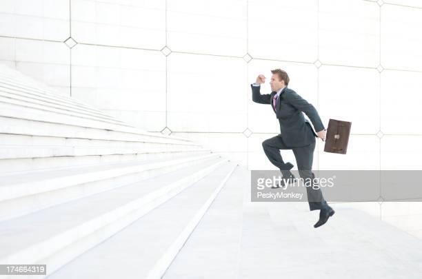 Homme d'affaires qui s'étalent Long escalier blanc