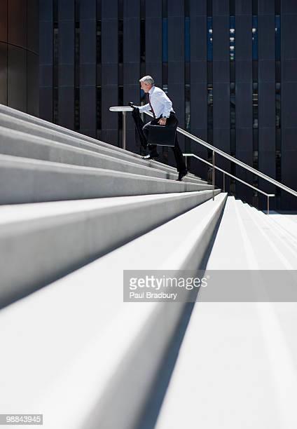 Geschäftsmann rushing bis Schritte im Freien