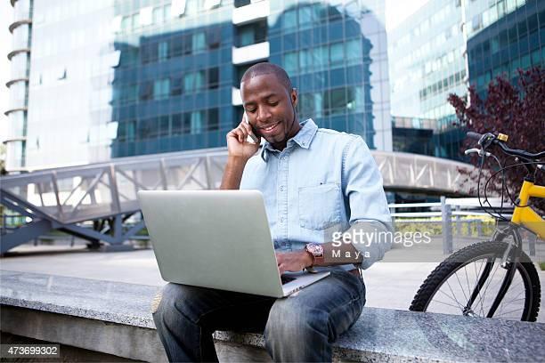 Afroamerikanischer Geschäftsmann vor Bürogebäude