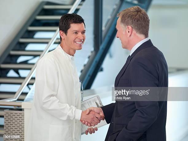Geschäftsmann, Hände schütteln mit Wissenschaftler