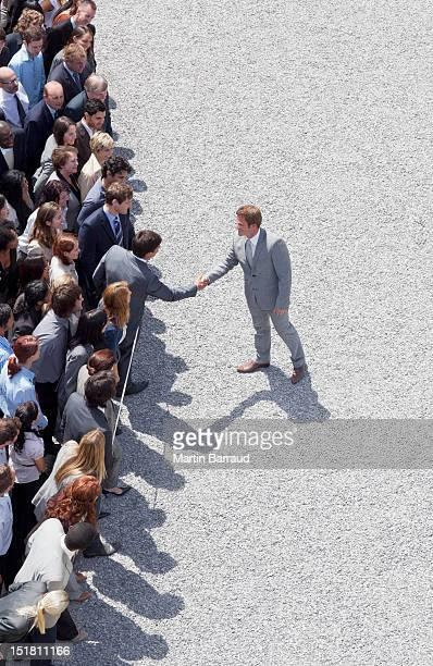 Uomo d'affari scuote la mano in massa