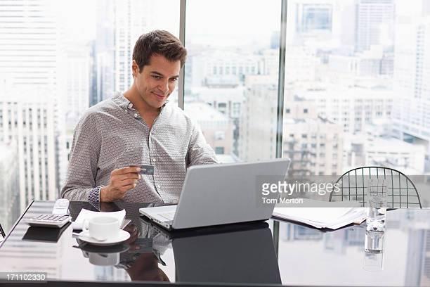 Geschäftsmann, online-shopping mit Kreditkarte