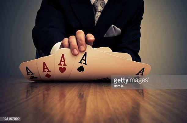 Homme d'affaires montrer carte main d'Aces