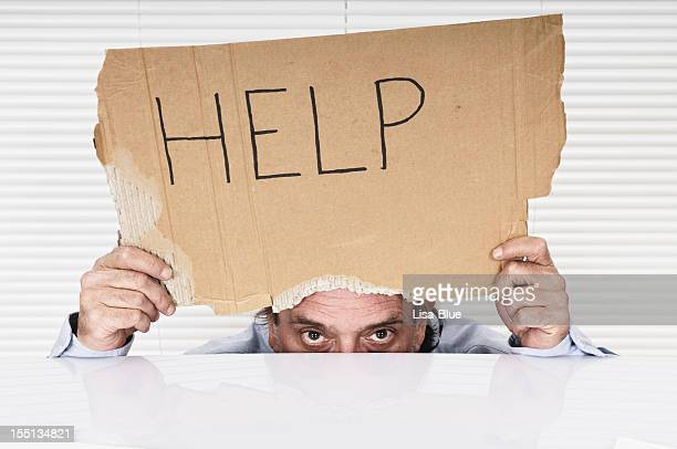 Hombre de negocios mostrando signo de ayuda
