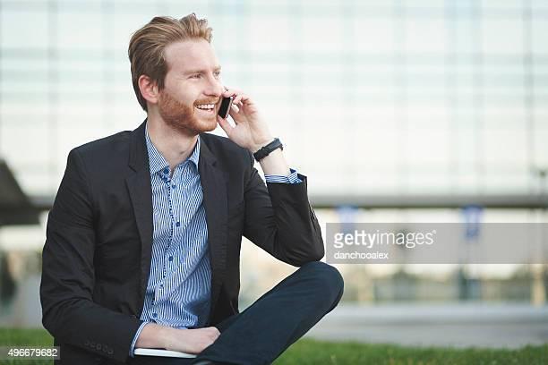 Geschäftsmann, sitzen und reden am Telefon im Freien