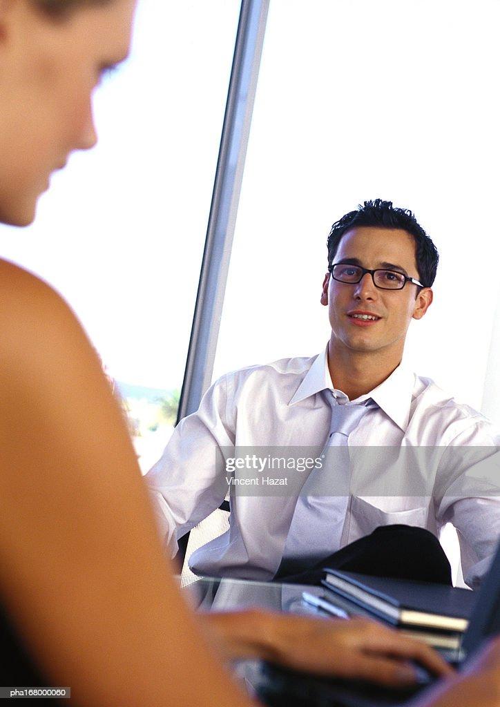 Businessman sitting at desk, portrait : Stockfoto