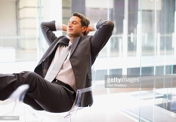 Ejecutivo sentado en el escritorio con pies