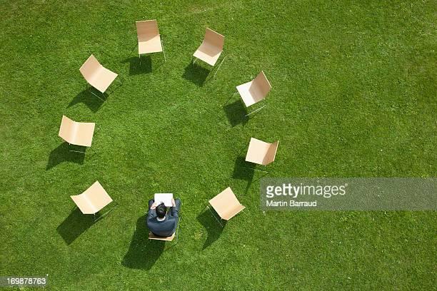 椅子に座っているビジネスマンのサークル型