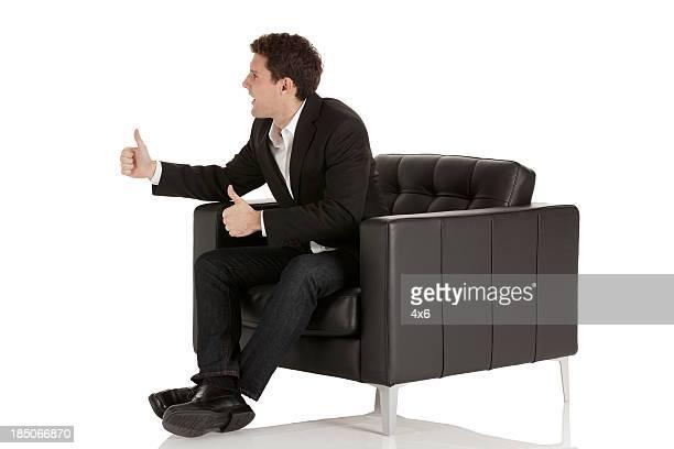 Homme d'affaires, assis dans un fauteuil