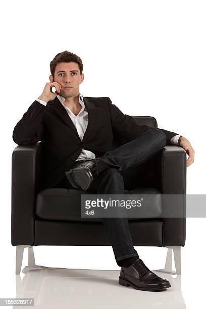 Empresário sentado na cadeira de Braços