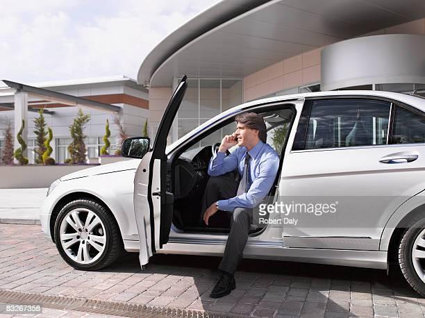Geschäftsmann, sitzen im Auto reden auf Handy
