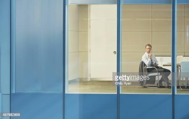 コンファレンスルームに座っているビジネスマン