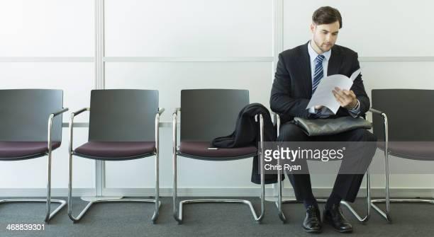 Geschäftsmann, sitzen in Wartebereich
