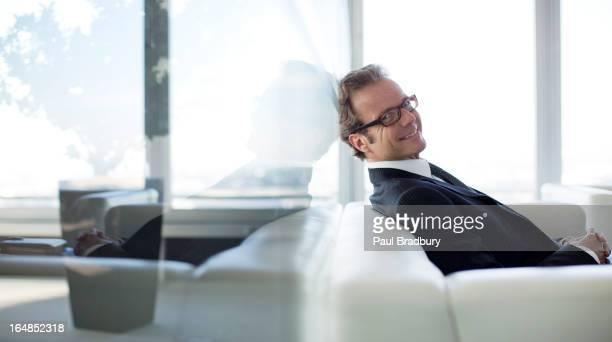 Geschäftsmann sitzt auf sofa im Büro-lobby
