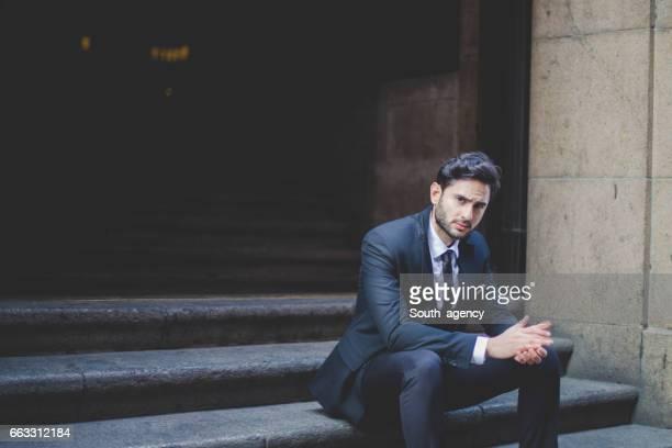 Geschäftsmann sitzt auf der Treppe