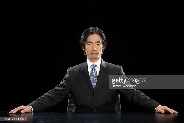 座っているビジネスマンに手を伸ばしてデスク、ポートレート