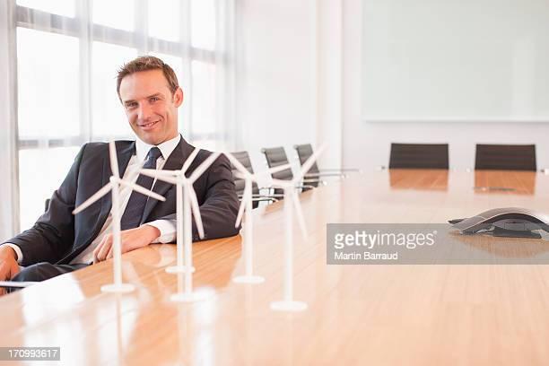 Geschäftsmann, sitzen mit model Windturbinen in Konferenzraum