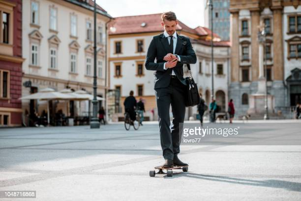 街の真ん中にスケート ボードの実業家 - リュブリャナ ストックフォトと画像