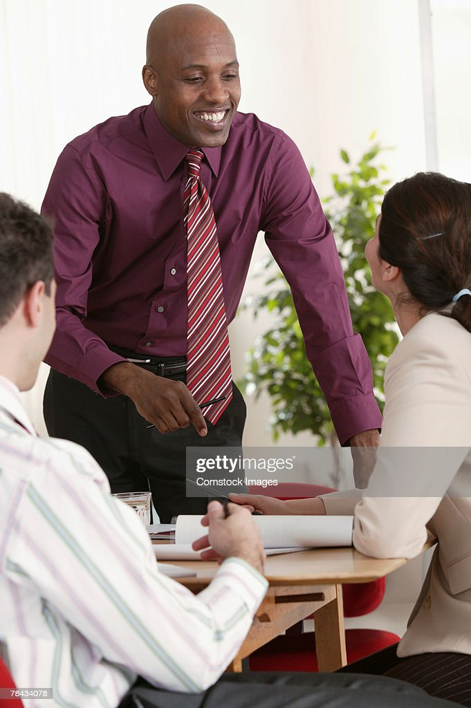 Businessman smiling at co-worker : Stockfoto
