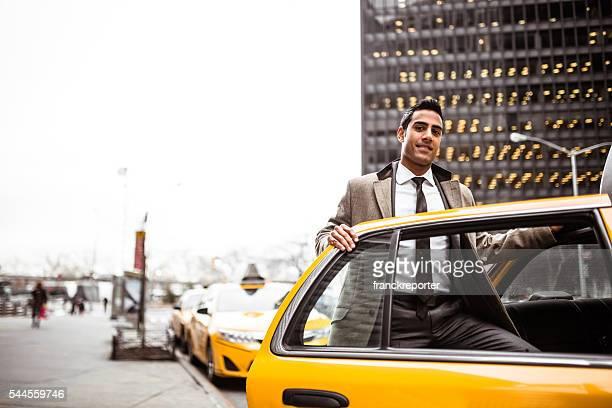 Geschäftsmann lächelnd vor der Tür eines Cab