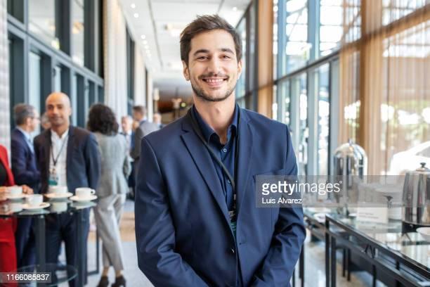 businessman smiling during launch event - 25 30 anos - fotografias e filmes do acervo