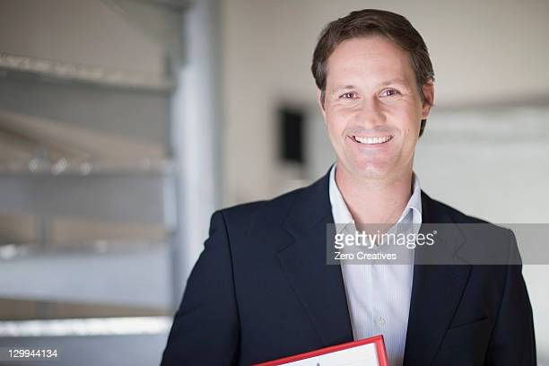 businessman smiling in office - 40 44 jaar stockfoto's en -beelden