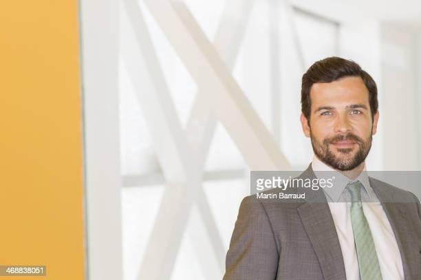 Empresário sorridente no escritório