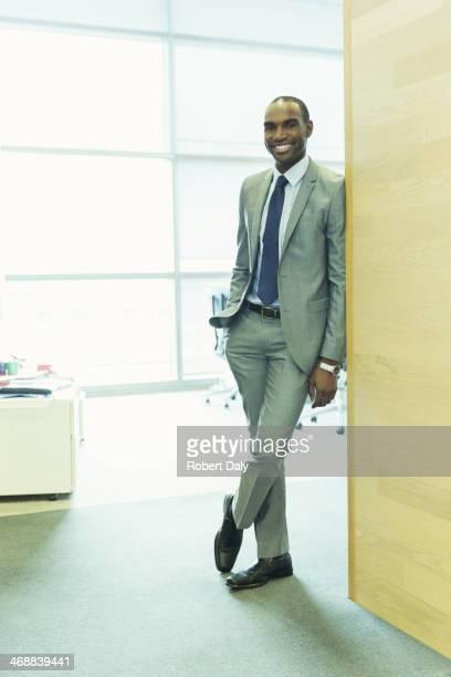 Homme d'affaires souriant dans un bureau