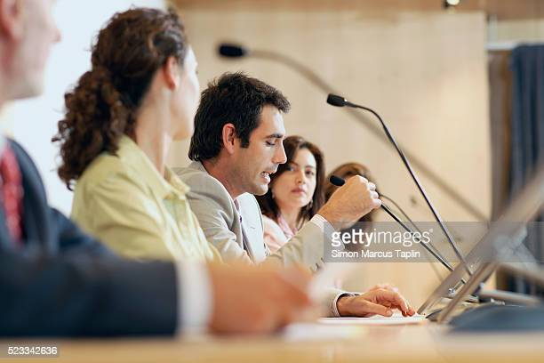 businessman speaking at conference - debate - fotografias e filmes do acervo