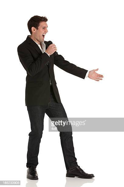 Geschäftsmann reden in ein Mikrofon