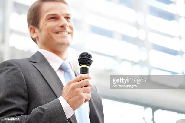 Geschäftsmann Gespräch mit einem Mikrofon