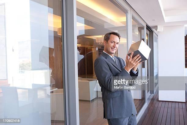 Geschäftsmann Stapeln Würfel in der hotel lobby