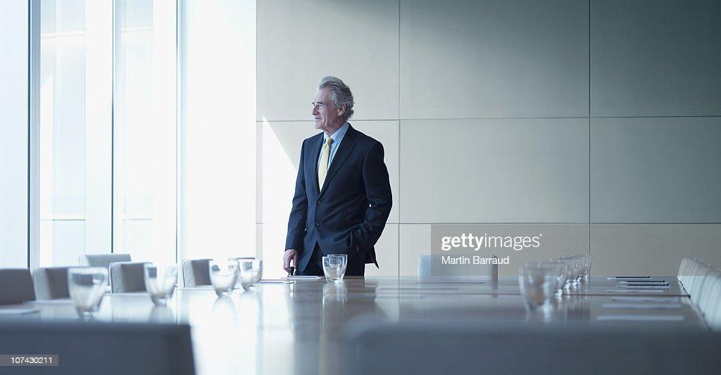 Empresário de pé em monoterapia na Sala de Conferência : Foto de stock