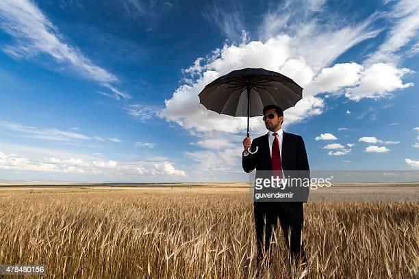 Uomo d'affari in piedi in campo