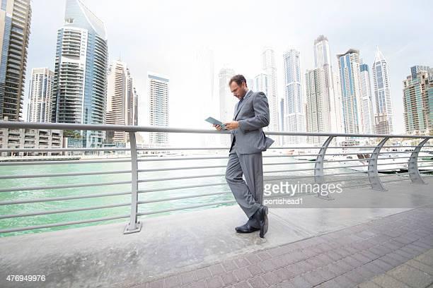 Geschäftsmann, stehen vor die skyline der Stadt