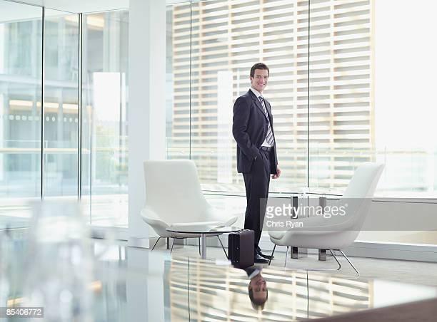 近代的なオフィスの中に佇むビジネスマン