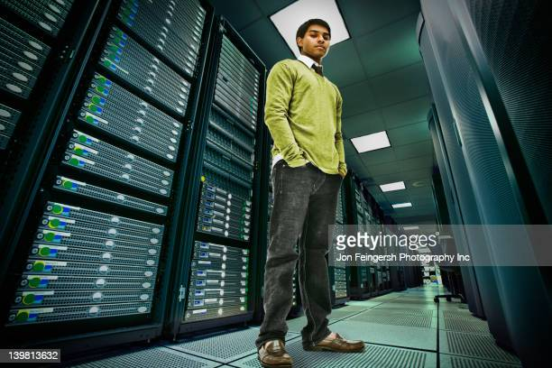 businessman standing in server room - vista de ângulo baixo - fotografias e filmes do acervo