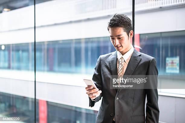 実業家立つオフィスのの廊下