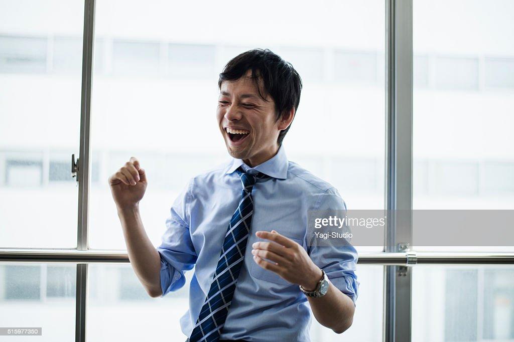 ビジネスマンに立っているオフィスのウィンドウ : ストックフォト