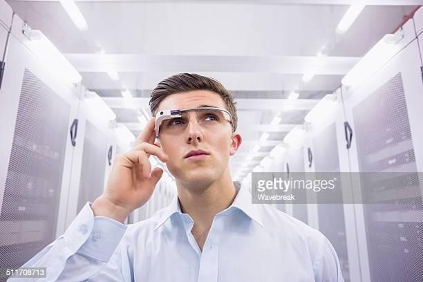 Geschäftsmann, stehen in der server-Raum