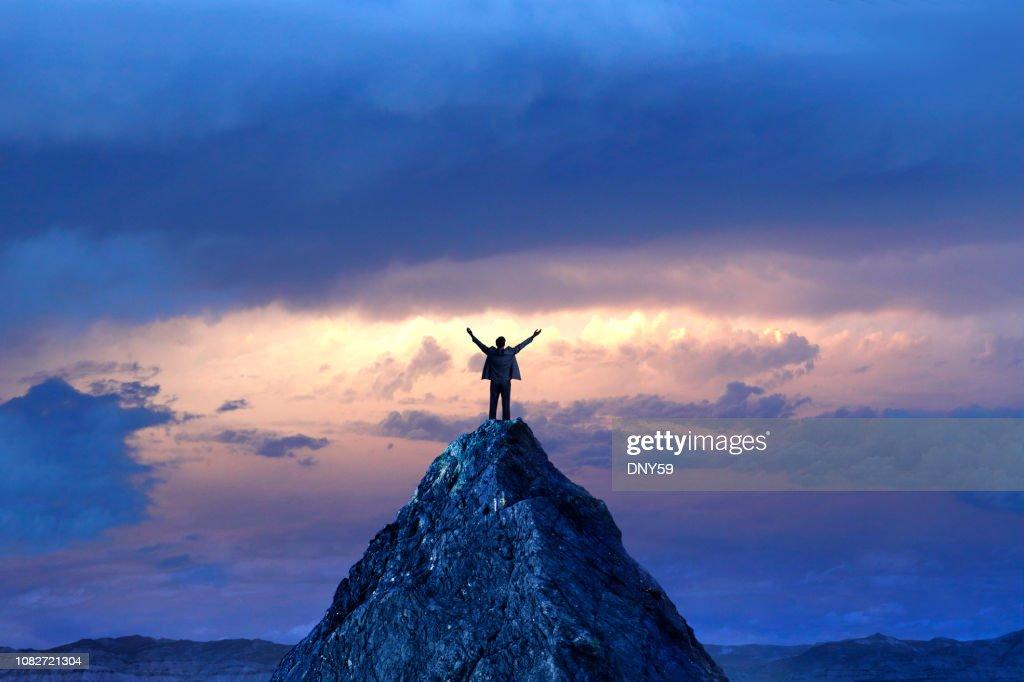 Homme d'affaires, debout sur le sommet de la montagne : Photo