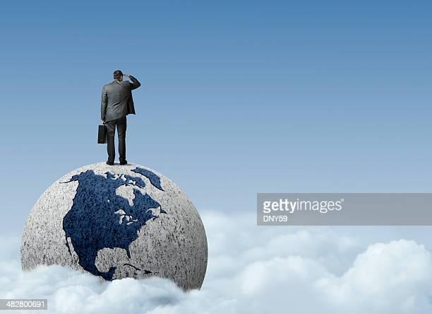 Geschäftsmann, stehen auf Globus Suchen Sie in der Nähe